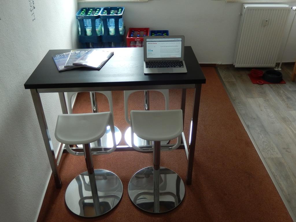 Küchentisch mit vier Barhockern | kontor:worx coworking